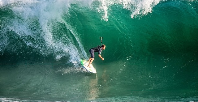 Video: Beautiful Chaos of Pipeline Surfing