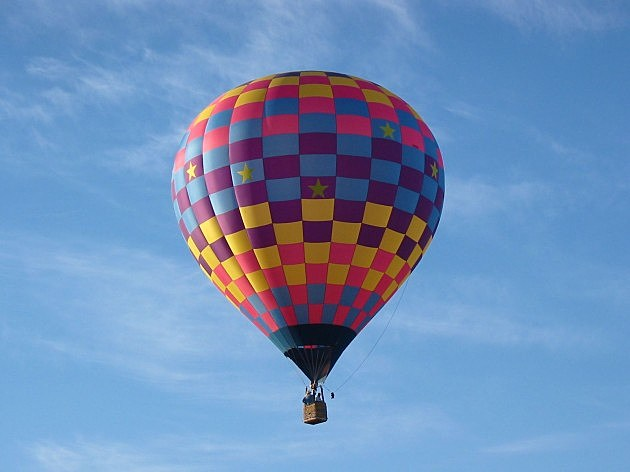 How does a hot air balloon fly?
